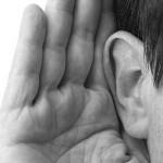 Hand achter oor