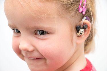 Meisje met gedecoreerd hoorapparaat
