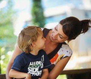 Moeder met kind dat CI gebruikt