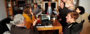Groep bijeen in een huiskamerbijeenkomst