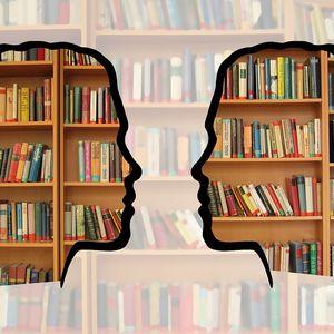 boekbespreking door twee silouetten met boekenkast