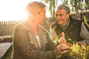Echtpaar met CI in tuin