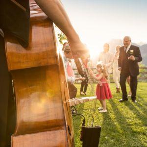 gezelschap in openlucht met chello voor muziek