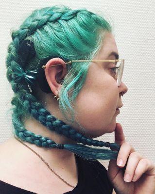 Zwart CI met groen/blauwe vlinder passend bij de haarkleur