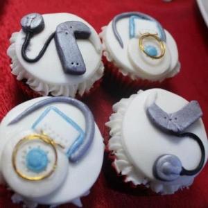 Vier gebakjes met daarop vormen van CI's