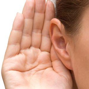 foto van een hand achter een oor