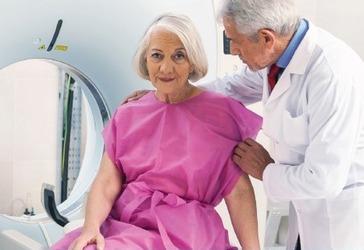 Vrouw met arts bij MRI-scanner