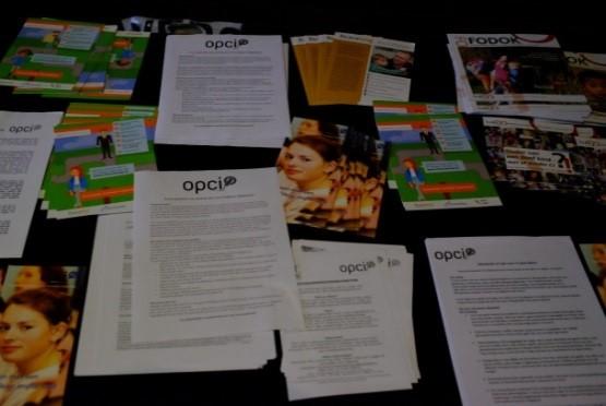 OPCI folders op een tafel uitgestald