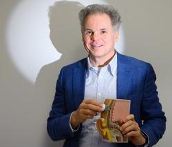 Prof. Frijns, kno-arts bij LUMC, met een model van het gehoor.