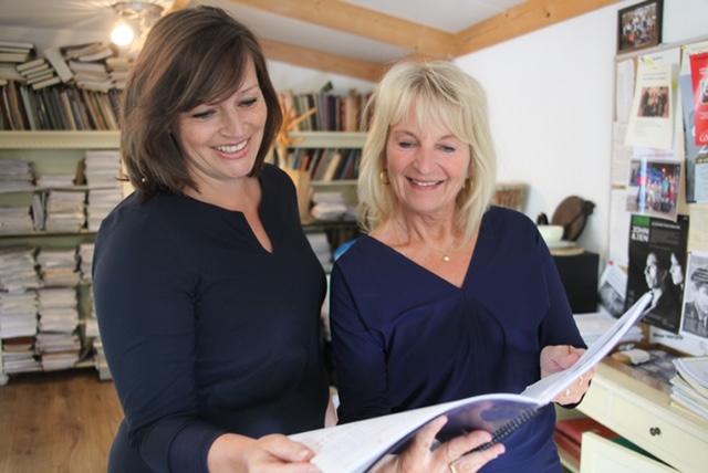 Gera en Marieke bekijken een groot schrift