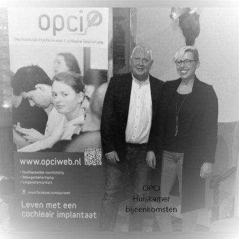 Henk met schrijftolk Davy naast banner van OPCI